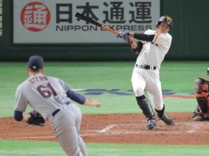 4回1死二、三塁、松原が左翼へランニング本塁打を放つ(投手・オテロ=カメラ・生澤 英里香)
