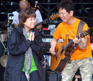 亡くなる半年前、南こうせつのライブのリハーサルに駆けつけ応援する島倉千代子(2013年5月)