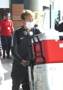 イランに到着し、カートで荷物を運ぶ鹿島の日本代表FW鈴木優磨