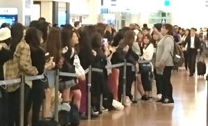 羽田空港で防弾少年団の来日を待つファンら