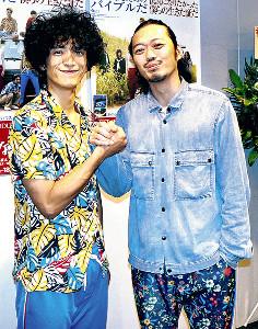 主演舞台が初日を迎えた渡部豪太(左、右は演出の丸尾丸一郎氏)