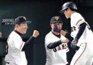 ランニング本塁打を放った松原(右)は原監督とグータッチする(カメラ・生澤 英里香)