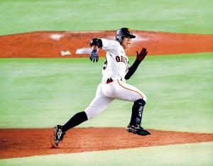 4回1死二、三塁、左翼へランニング本塁打を放った松原はボールの行方を見ながら全力で二塁をまわる(カメラ・生澤 英里香)