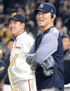試合前、談笑する原監督(左)と松井コーチ