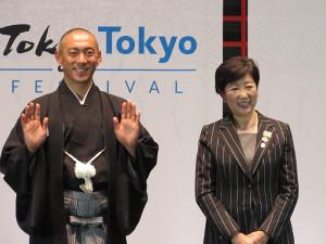 笑顔で手を振る市川海老蔵と小池百合子東京都知事