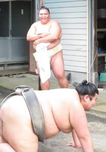 若い衆の稽古を見守る御嶽海(奥)