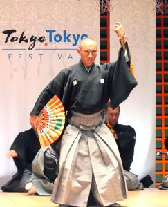 力強い舞踊を披露する市川海老蔵