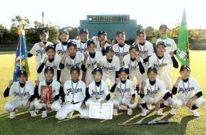 大阪東の選手たちは2連覇達成にガッツポーズで喜んだ