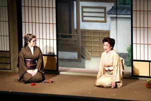 共演する水谷八重子(左)と波乃久里子