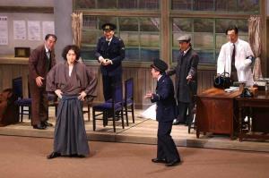 初日を迎えた「犬神家の一族」の一場面。金田一耕助を演じた喜多村緑郎(手前左)