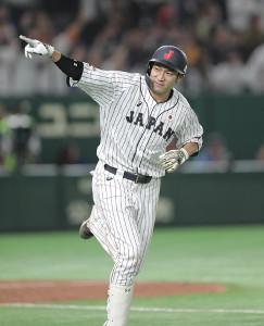 9回2死一塁、サヨナラ2ランを放ちベンチを指さす柳田