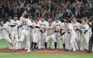 サヨナラ2ラン本塁打を放った柳田を迎えるナイン
