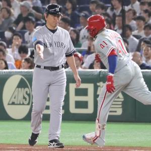 5回1死一、二塁、左越え3ラン本塁打を放ったサンタナ(右)とタッチを交わす松井コーチ