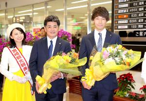 宮崎入りし花束を贈られ笑顔の工藤監督と武田