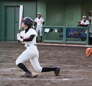 8回、埼玉栄・市川が勝ち越しの左越え二塁打を放つ