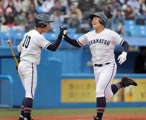 8回1死一、二塁、右越えに3点本塁打を放った高松商の4番・立岩知樹(右)は中塚にハイタッチで迎えられる(カメラ・泉 貫太)