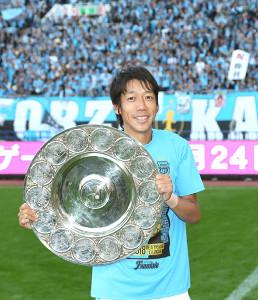 リーグ2連覇を達成し、シャーレを手に笑顔の川崎・中村