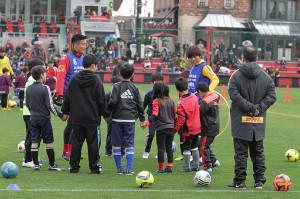 北海道胆振東部地震で被災した子供たちと触れ合う、札幌FW都倉賢(左から3人目)と浦和MF柏木陽介(右から3人目)