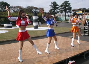 取手競輪場でライブを行ったスピーチーズ。左から久明千恵、北見直美、櫻庭ヨウ