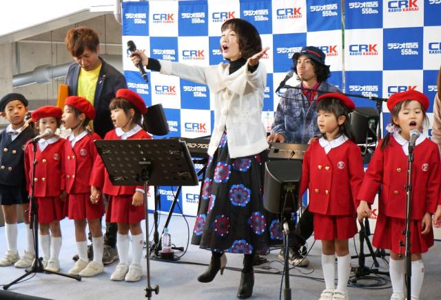 書き下ろし曲「ありがとう」を歌う平松愛理(中央)