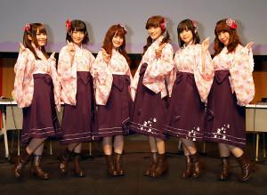 ポーズを決める温泉むすめの(左から)桑原由気、本宮佳奈、和多田美咲、茜屋日海夏、津田美波、小野早稀