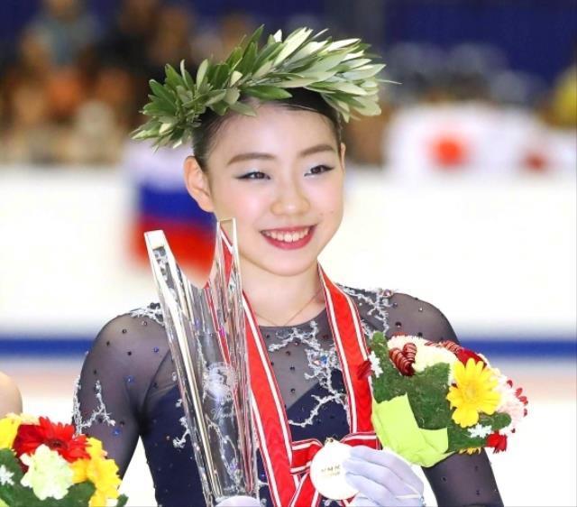 表彰式を終え記念写真におさまる紀平梨花