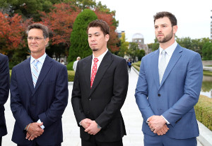 原爆慰霊碑に献花した後にインタビューに応じる前田健太。左はドン・マッティングリーMLB選抜監督、右はミッチ・ハニガー