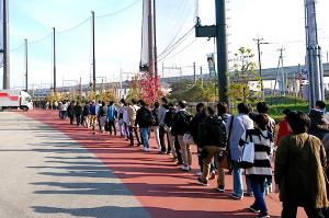 トライアウト会場のタマスタ筑後には、開始前からファンが長い行列を作った