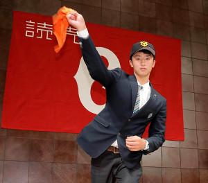 オレンジ色のタオルでシャドーピッチングを披露するドラフト3位指名の松商学園・直江大輔