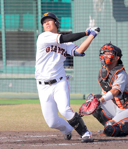 4回2死、和田が左越えにソロ本塁打を放つ(カメラ・橋口 真)