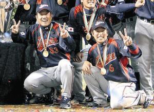 09年3月、WBCで優勝してポーズを決める原日本代表監督(左)と中島