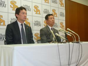 就任会見を行ったソフトバンク・新井2軍打撃コーチ(右)