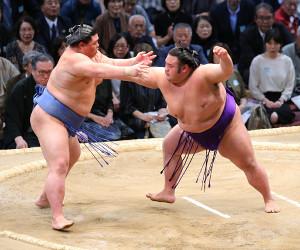 正代(左)を押し出しで下した貴景勝(カメラ・朝田 秀司