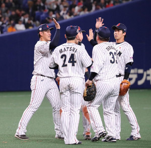 MLBオールスターに勝利し、ハイタッチを交わす岡本(左)ら侍ジャパンの選手たち(カメラ・馬場 秀則)