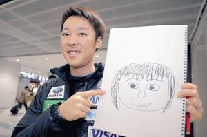 妻の似顔絵を手に笑顔を見せる小林潤志郎(カメラ・宮崎 亮太)
