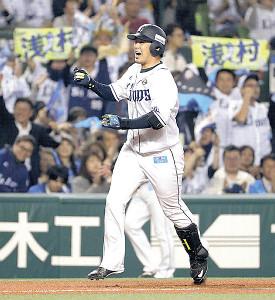 10月のCS最終ステージで3ランを放ち笑顔の浅村