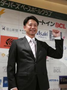 BC富山監督就任会見でガッツポーズする二岡智宏氏