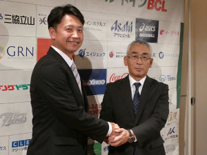 BC富山監督就任会見に出席した二岡智宏氏(左)は永森茂球団社長と握手