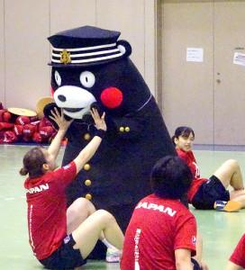 熊本開催のハンドボール女子アジア選手権へ向けて選手を激励した「くまモン」