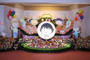 富士山をバックにさくらももこさんの自画像イラストが飾られた祭壇
