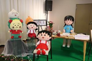 待合室には執筆中のさくらももこさんやキャラクターの人形が展示された