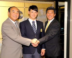 仮契約した伊藤裕季也(中)は吉田孝司スカウト部長(左)、武居邦生スカウト(右)と笑顔で握手