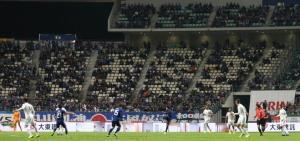 前半、空席目立つ中で試合を行う選手たち