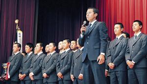 全校生徒の前で感謝の言葉を口にする札幌大谷・飯田主将(手前)