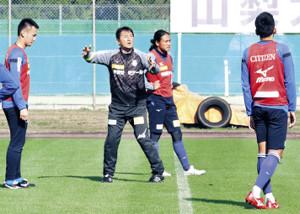 指示を出す上野監督(左から2人目)