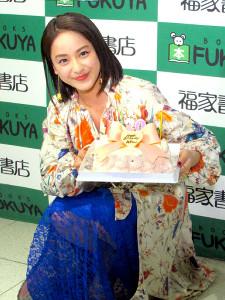 誕生日ケーキを贈られ笑顔の平祐奈