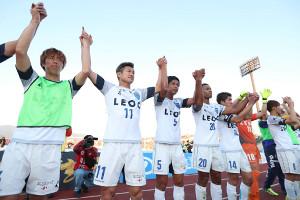 J1参入プレーオフ進出を決めた三浦知良(左から2人目)ら横浜Cイレブン