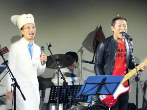 トイレフェスを開催した佐藤満春(左)とゲスト出演したはなわ