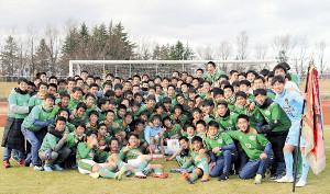 部員全員が集まり記念撮影する青森山田の選手たち(カメラ・有吉 広紀)