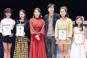 プレゼンターを務めた後藤真希(左から3人目)、伊藤一朗(同4人目)とグランプリ受賞者